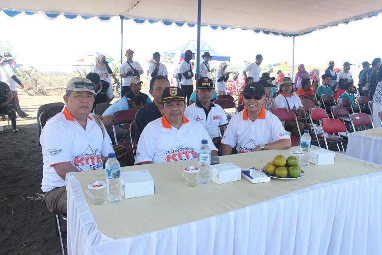 Kadinas Kominfo Ikuti Pembukaan Festival Layang-Layang di Pantai Ketawang