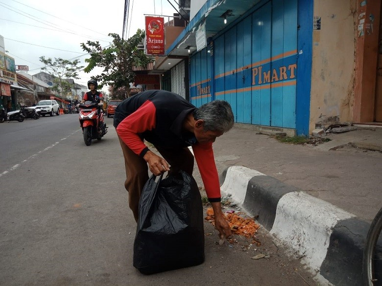 World Clean Up Day, Pegawai Dinas Kominfo Turut Punguti Sampah di Kutoarjo